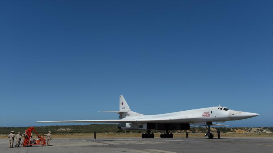 Un bombardero nuclear Tu-160 de Rusia en el Aeropuerto Maiquitea de Caracas, Venezuela 10 de Diciembre de 2018. (Foto: AFP)