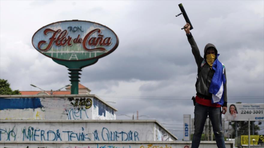 Un hombre sostiene un mortero de fabricación casera en una manifestación antigubernamental en Managua, Nicaragua, 30 de agosto de 2018. (Foto: AFP)