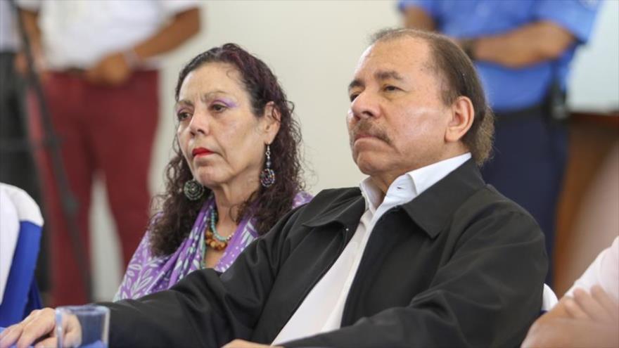 El presidente y la vicepresidenta de Nicaragua, Daniel Ortega, y Rosario Murillo, en la mesa de diálogo con la oposición.