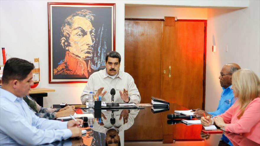 Presidente de Venezuela, Nicolás Maduro (C), durante una reunión con miembros de su Gabinete en el Palacio de Miraflores en Caracas, Venezuela, 1 de abril de 2019.