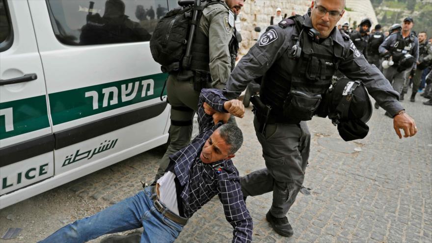 Fuerzas israelíes detienen a un palestino en la ciudad de Al-Quds (Jerusalén), 12 de marzo de 2019. (Foto: AFP)