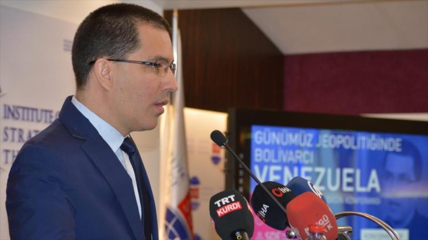 El canciller de Venezuela, Jorge Arreaza, da una conferencia en el Centro de Pensamiento Estratégico de Turquía, en Ankara, 2 de abril de 2019.