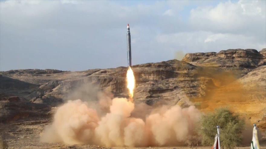 Un misil balístico tipo Badr-1 lanzado por el Ejército y las fuerzas del movimiento popular Ansarolá de Yemen.