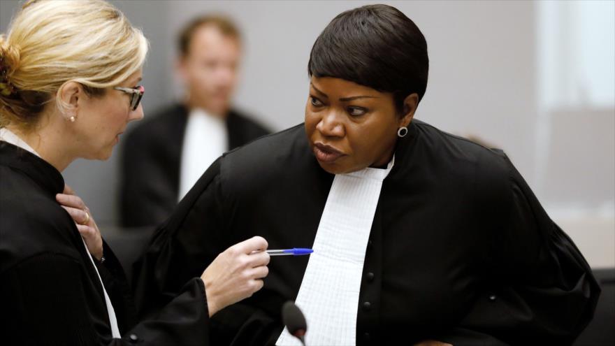 La fiscal jefe de la Corte Penal Internacional (CPI), Fatou Bensouda (dcha.), en una sesión del organismo en La Haya, 28 de agosto de 2018. (Foto: AFP)