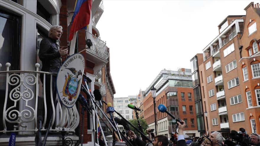 El fundador de Wikileaks, Julian Assange, habla desde el balcón de la embajada de Ecuador en Londres, 19 de mayo de 2017, (Foto: AFP).