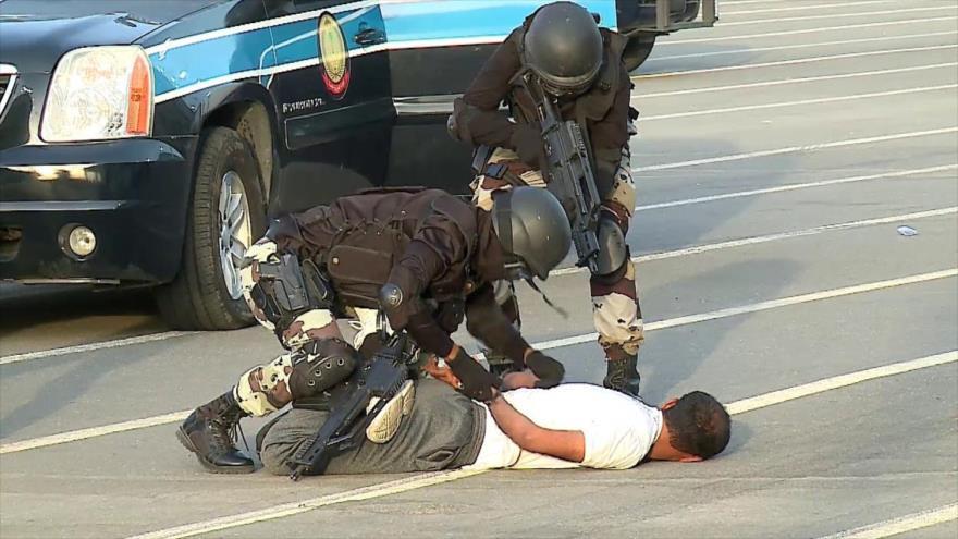 Policía de Arabia Saudí se entrena en técnicas de detención.