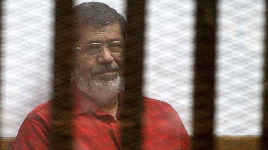El expresidente egipcio Muhamad Mursi, durante la sesión del juicio en un tribunal ubicado en la Academia de Policía en El Cairo, en 2016.