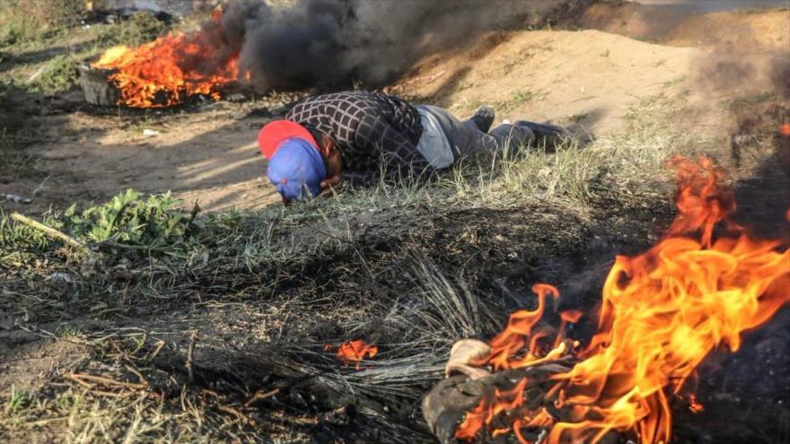 Un palestino afectado por los gases lanzados por las fuerzas israelíes contra una protesta en la Franja de Gaza, 5 de abril de 2019.