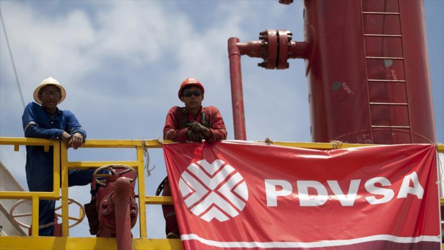 Dos funcionarios de la empresa estatal Petróleos de Venezuela (PDVSA).