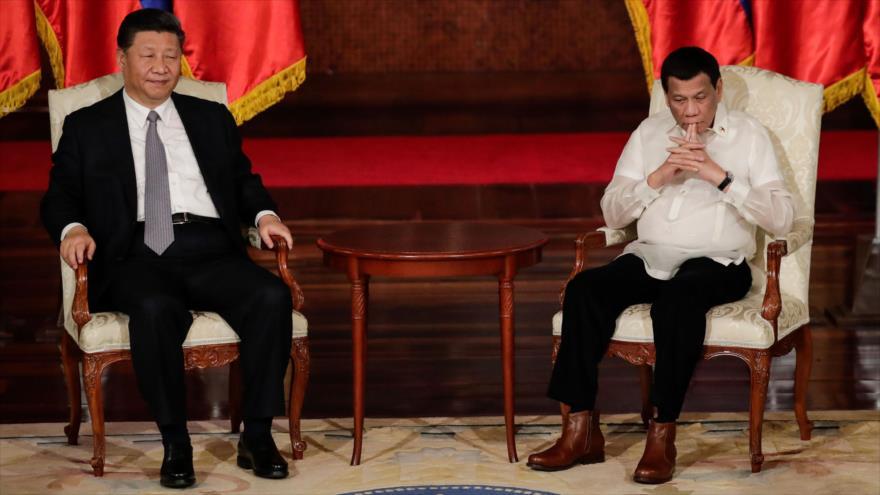 El presidente filipino, Rodrigo Duterte (dcha.) y su par chino, Xi Jinping, en el Palacio presidencial de Filipinas, 20 de noviembre de 2018. (Foto: AFP)