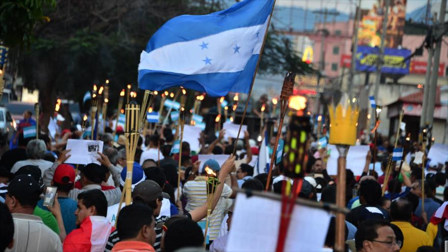 Miles hondureños marchan con antorchas y piden dimisión de JOH