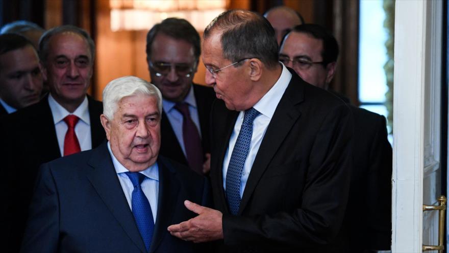 El canciller ruso, Serguéi Lavrov (dcha.) y su par sirio, Walid al-Moalem, en Moscú, 30 de agosto de 2018. (Foto: AFP)
