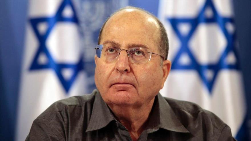 El exministro israelí para asuntos militares Moshe Yaalon comparece ante la prensa en Tel Aviv.
