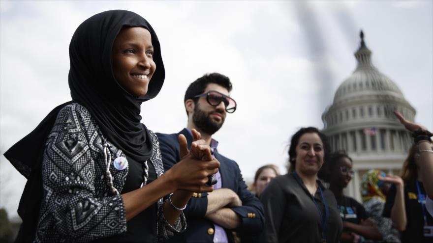 La congresista musulmana estadounidense Ilhan Omar (izda.), en un acto sobre el clima en Washington DC (capital), 15 de marzo de 2019. (Foto: AFP)