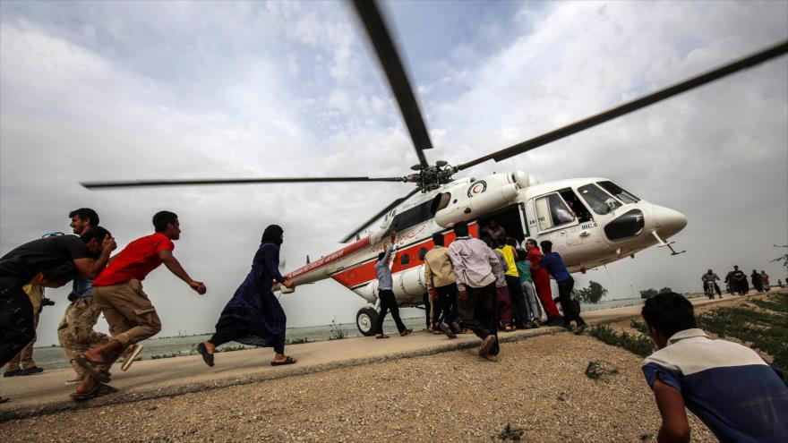 Un helicóptero que transportaba ayuda llega a Bamdezh, en la provincia de Jusestán, Irán, 4 de abril de 2019. (Foto: AFP)