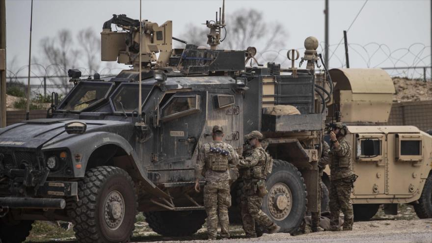 Militares estadounidenses desplegados en una base militar en la provincia de Deir Ezzor, en el este de Siria, 23 de marzo de 2019. (Foto: AFP)