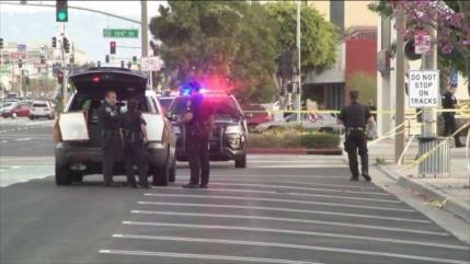 Hombre mata a su mujer frente a Departamento de Policía en EEUU