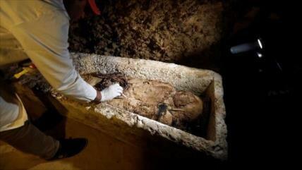 Vídeo: Apertura de una tumba egipcia donde hallan momia intacta