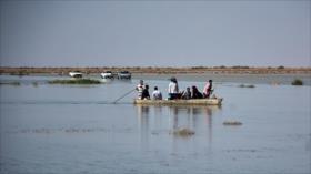 Jóvenes iraníes levantan diques para evitar daños por riadas