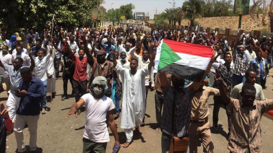 Protestan frente a la sede militar en Jartum, la capital de Sudán, 8 de abril de 2019. (Foto: AFP)