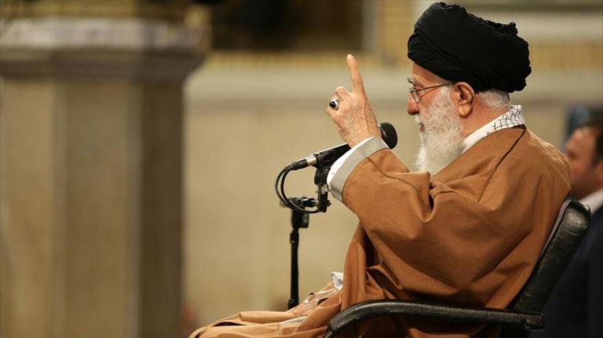 Líder de Irán condena medida de EEUU contra CGRI y destaca su papel