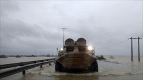 Blindados del CGRI ayudan a afectados por inundaciones en Irán