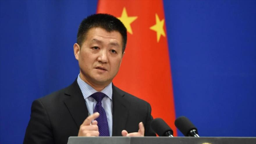 Lu Kang, portavoz de la Cancillería de China, en una sesión informativa.