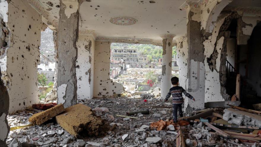 Un niño yemení camina por los escombros de un edificio destruido en un ataque aéreo saudí, ciudad de Taíz, 18 de marzo de 2018. (Foto: AFP)