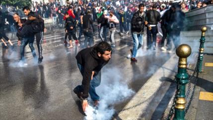 Miles de argelinos protestan contra nuevo presidente interino