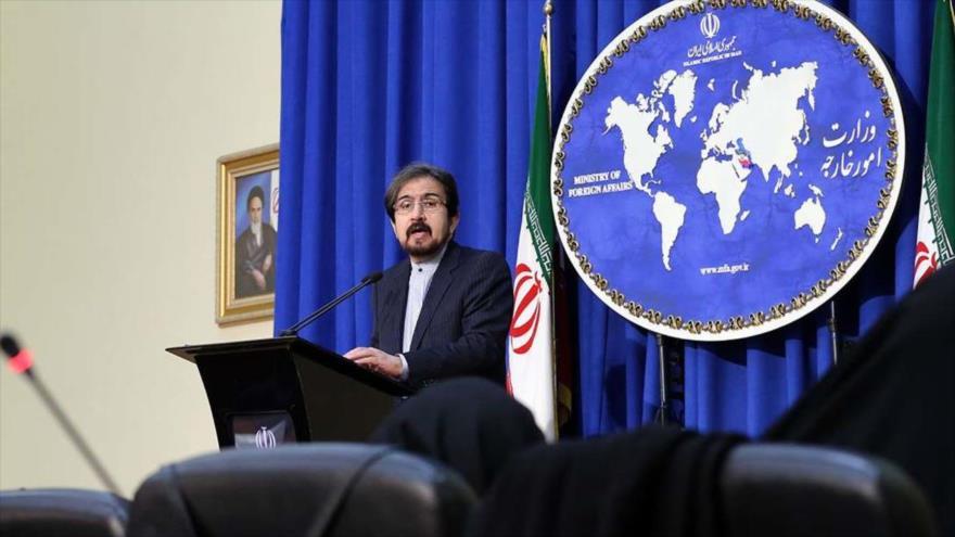 Bahram Qasemi, portavoz de la Cancillería de Irán, habla en una rueda de prensa semanal.