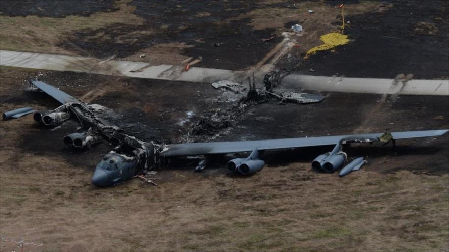 Un B-52h destruido en un incendio después de un despegue abortado en la base de Andersen de EE.UU. en Guam, océano Pacífico, 19 de mayo de 2016.