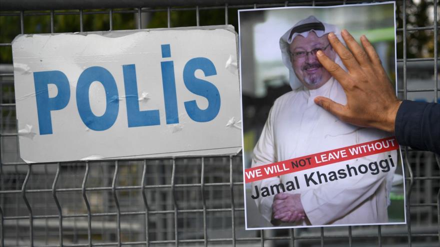 Una foto del periodista Jamal Khashoggi durante una manifestación frente al consulado saudí en Estambul (Turquía), 5 de octubre de 2018. (Foto: AFP)