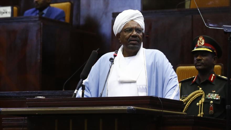 El presidente de Sudan Omar al-Bashir, comparecido en una sesión del Parlamento del país, 1 de abril de 2019. (Foto: AFP)