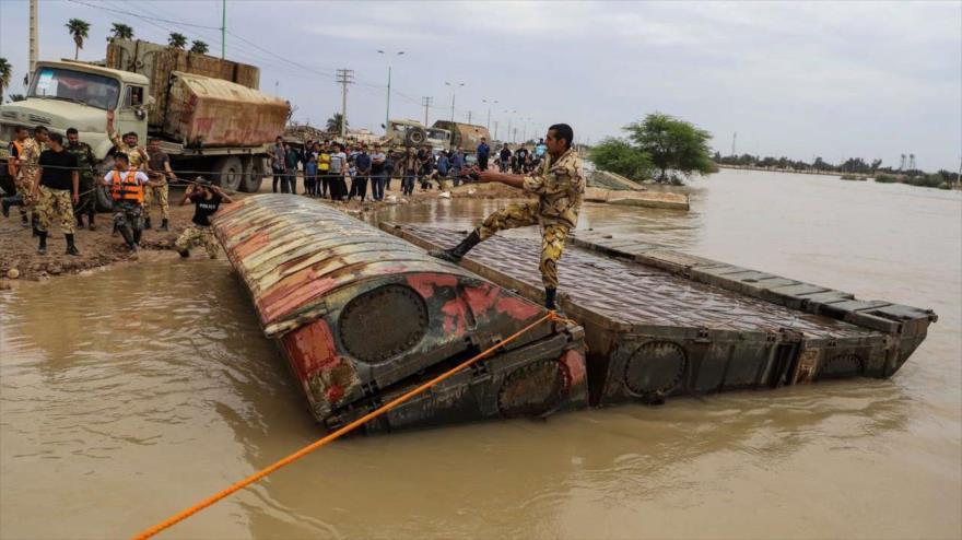 Un efectivo del Ejército iraní maniobra con un puente flotante en la ciudad de Karun en la provincia suroccidental de Juzestán. 10 de abril de 2019. (Foto: IRNA)