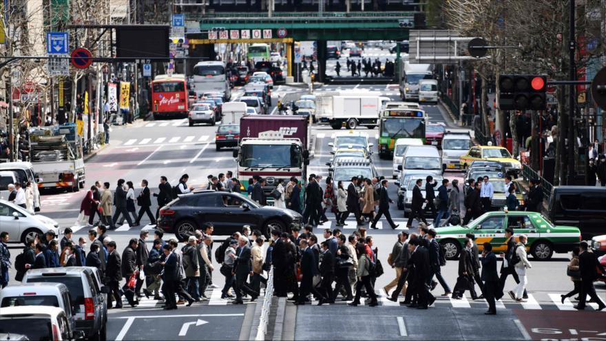 Peatones cruzan varios pasos de cebra en una calle del barrio de Shimbashi, en Tokio (capital de Japón), 19 de marzo de 2019. (Foto: AFP)