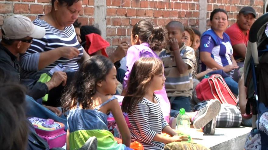Hondureños de la tercer caravana de migrantes llegan a Guatemala