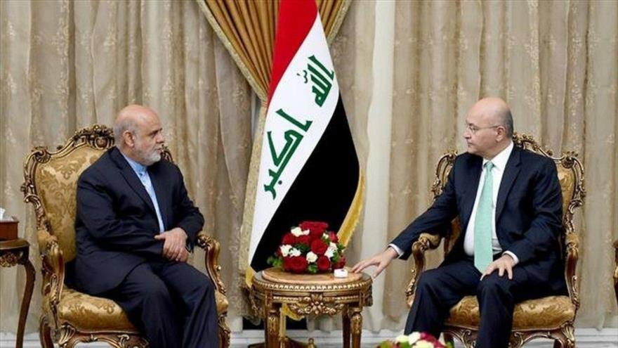 El presidente iraquí, Barham Salih (dcha.), recibe al embajador iraní en el país, Iray Masyedi en Bagdad, 11 de abril de 2019.