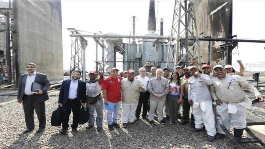 Delegación iraní y empleados de la Corporación Eléctrica Nacional (Corpoelec) venezolana en la central de Guri, en el sur de Venezuela, abril de 2019.