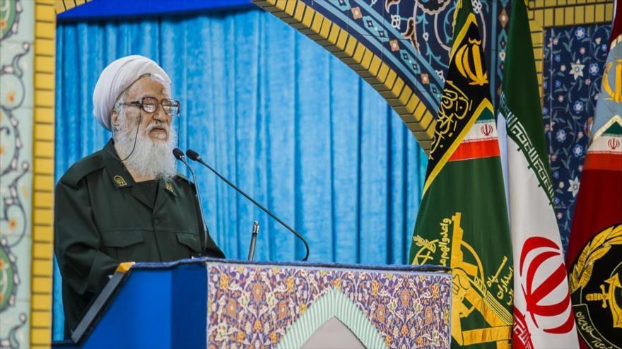 Ayatolá Mohamad Ali Movahedi Kermani, Imam del rezo del viernes de Teherán (capital persa), vestido con uniforme del CGRI de Irán, 12 de abril de 2019.