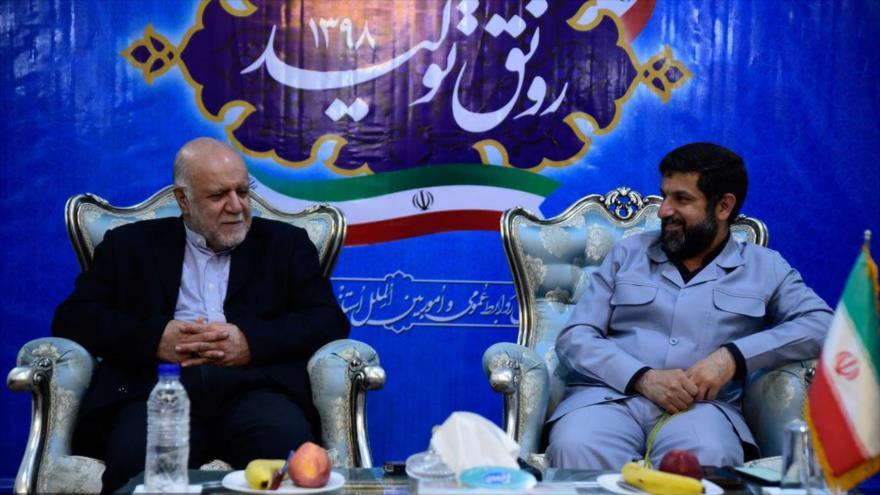 Biyan Namdar Zanganeh (izda.), ministro de Petróleo de Irán, se reúne con el gobernador de Juzestán (suroeste), Qolamreza Shariati, 12 de abril de 2019.