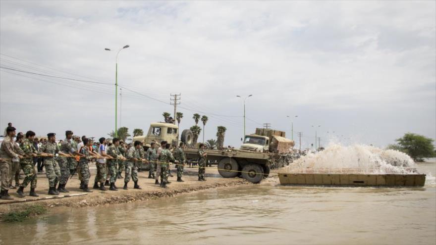 Militares del Ejército de Irán trabajan para colocar un puente flotante en una zona afectada por las riadas en Juzestán (suroeste), 10 de abril de 2019.