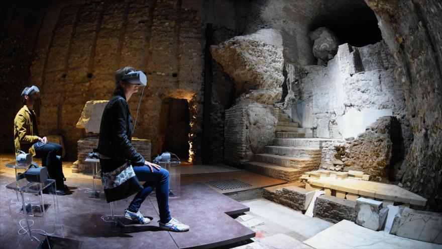 Visitantes usan gafas de realidad virtual 3D en Domus Transitoria, primer palacio de Nerón, en Roma, 12 de abril de 2019. (Foto: AFP)