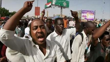 Sudaneses siguen sus protestas para pedir un Gobierno civil