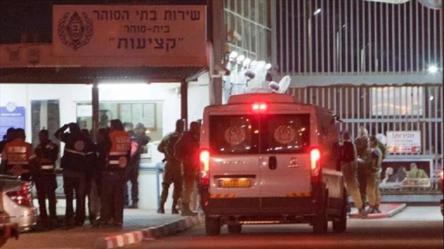 Israel tortura a 100 presos palestinos y los deja a la intemperie | HISPANTV