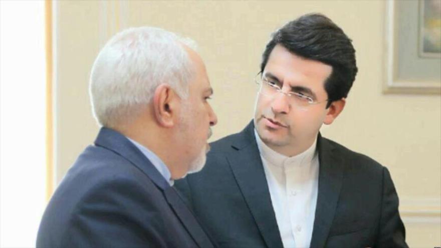 El canciller de Irán, Mohamad Yavad Zarif, y el nuevo portavoz de la Cancillería, Seyed Abás Musavi.