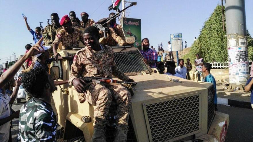 Soldados sudaneses desfilan para celebrar el golpe de Estado contra el dictador Omar al-Bashir, 13 de abril de 2019. (Foto: Getty)