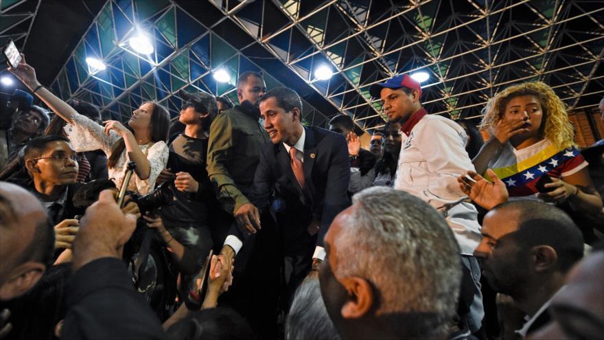 El líder opositor y autoproclamado presidente interino de Venezuela, Juan Guaidó, saluda a sus partidarios, Caracas, 11 de abril de 2019. (Foto: AFP)