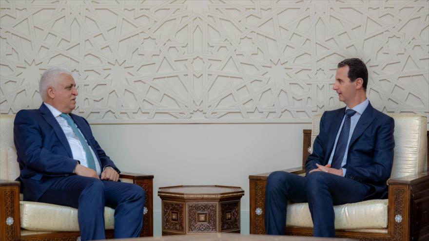 El presidente sirio, Bashar al-Asad (dcha.), y el asesor iraquí de Seguridad Nacional, Faleh al-Fayaz, en Damasco, 14 de abril de 2019.