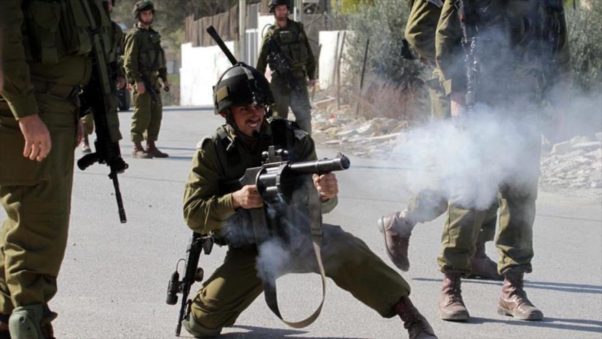 Fuerzas israelíes golpean a estudiantes palestinos en Cisjordania