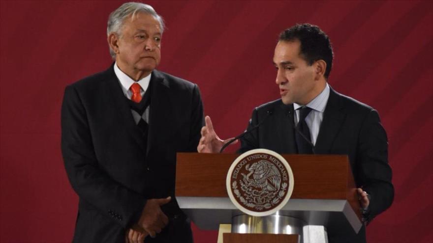 El subsecretario mexicano de Hacienda, Arturo Herrera, en una rueda de prensa junto al presidente, Andrés Manuel López Obrador.